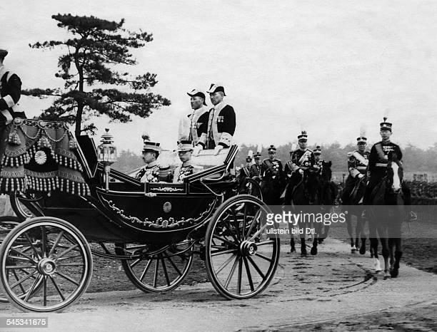 Visiti of Kangde Emperor of Manchukuo to Japan Hirohito Emperor of Japan and Kangde Emperor of Manchukuo in a horse carriage behind the carriage...