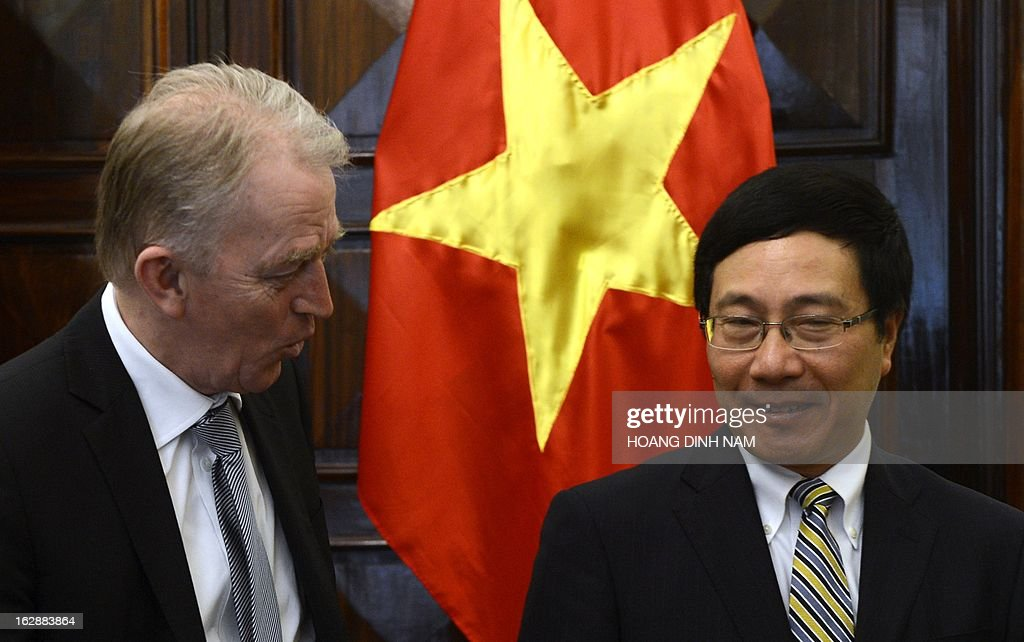 Visiting Danish Foreign Minister Villy Soevndal (L) is greeted by his Vietnamese counterpart Pham Binh Minh in Hanoi on March 1, 2013. The Danish diplomat is on a four-day official visit focused on bilateral ties. AFP PHOTO/HOANG DINH Nam