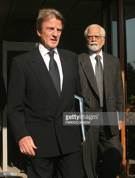 Visiting French Foreign Minister Bernard Kouchner and his Pakistani counterpart InamulHaq leave the foreign ministry after a meeting in Islamabad 02...