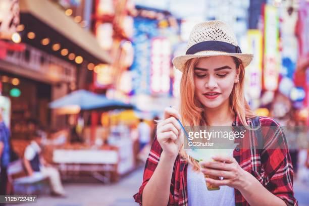 日本を訪問、地元のアイスクリームをしようと、観光スポットを探索 - 大阪市 ストックフォトと画像