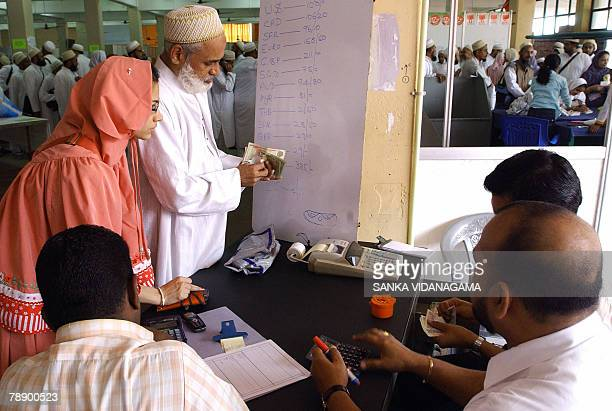 Visiting members of an Islamic Shia gathering of the Bohra community exchange money in Sri Lanka's capital Colombo 11 January 2008 Some 30000 Bohras...