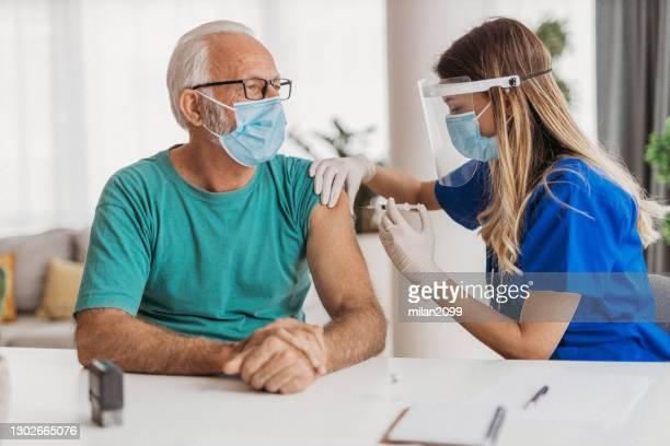 visitando al médico - 18 19 años fotografías e imágenes de stock