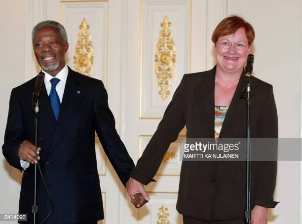 Visiting UN Secretary General Kofi Annan meets with Finnish President Tarja Halonen at the Presidential palace in Helsinki 15 August 2003. Annan is...