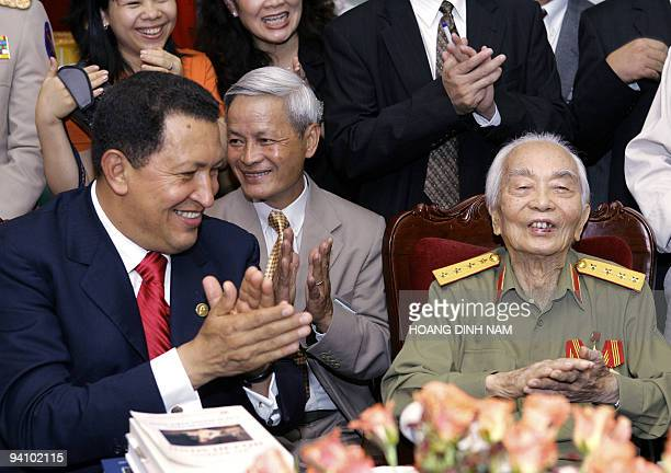 Visiting Venezuelean President Hugo Chavez shares a light moment with Vietnamese legendary general Vo Nguyen Giap at his home in Hanoi 01 August 2006...