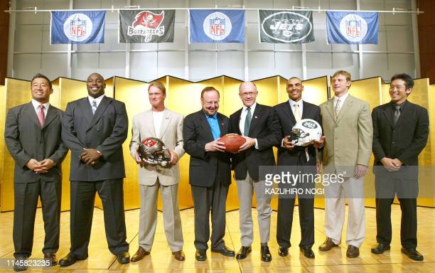 Visitng US National Football League players, coaches and owners New York Jets linebacker Yoshinobu Imoto of Japan, Jets quarterback Chad Pennington,...
