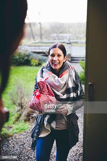 Besucher, die mit einem Geschenk