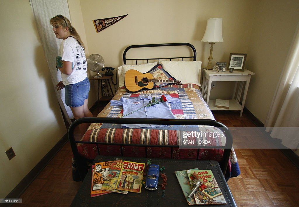 A Visitor Looks At The Bedroom Of Elvis Presley S Teenage Home Nachrichtenfoto Getty Images