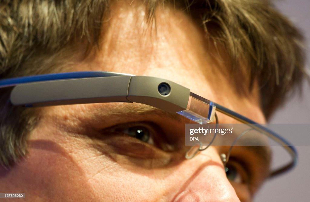 GERMANY-DIGITAL-INDUSTRY-NEXT-GOOGLE GLASS : News Photo