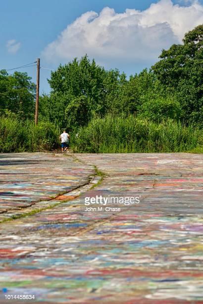 """a visitor walks on """"graffiti road"""" - centralia pennsylvania foto e immagini stock"""