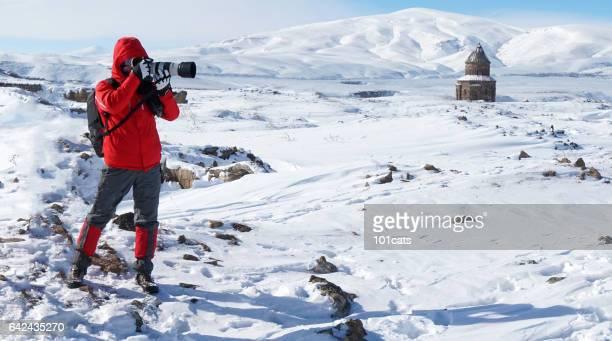 Ein Besucher, der in den historischen Ort im Winter Fotos macht