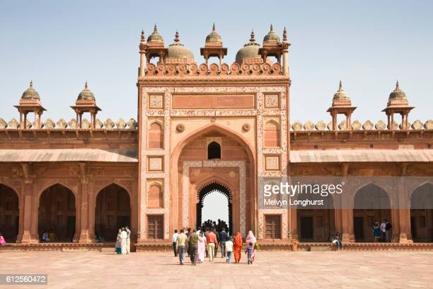 visitors and shahi darwaza gate, jama masjid mosque complex, fatehpur sikri, near agra, uttar pradesh, india - agra jama masjid mosque stockfoto's en -beelden