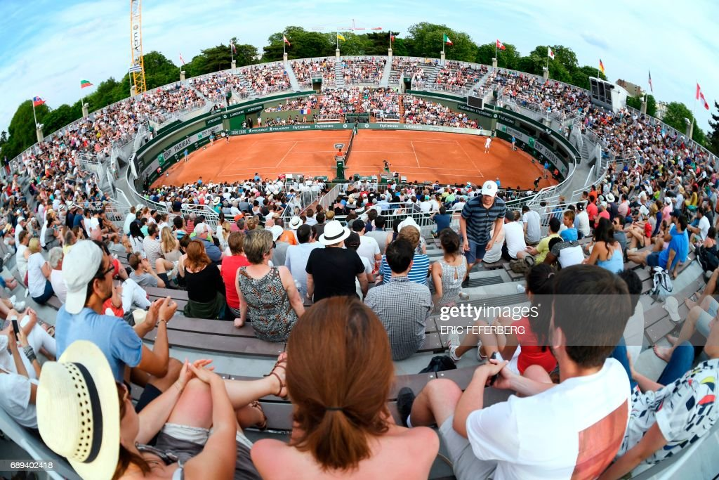 Visitors attend matches during the Roland Garros 2017 French Open on May 28, 2017 in Paris. / AFP PHOTO / Eric FEFERBERG