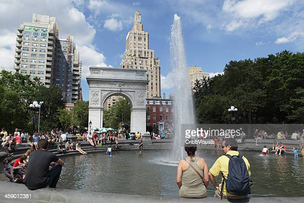 visitors enjoying fountain in washington square park nyc - washington square park stock pictures, royalty-free photos & images