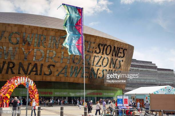 visitors exploring the 2018 eisteddfod walking around the millennium centre. it was built to celebrate the diversity of welsh culture. - cardiff galles foto e immagini stock