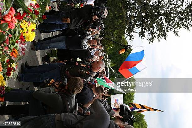DES 17 JUNI BERLIN GERMANY Visitors gather at Soviet War Memorial to commemorate fallen soldiers of World War 2 during its 70th anniversary of war...