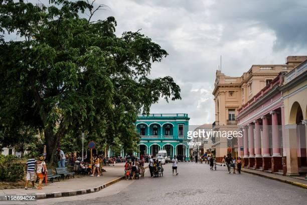 サンタクララのレオンシオビダルパーク、ヴィラクララ州、キューバの訪問者 - キューバ サンタクララ ストックフォトと画像