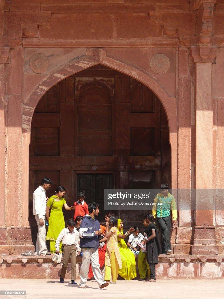 Visitors in the Mughal palace in Fatehpur Sikri, Uttar Pradesh, India : Foto de stock