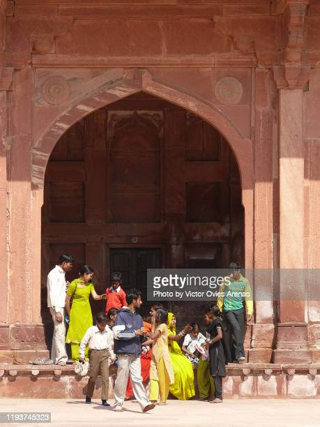 visitors in the mughal palace in fatehpur sikri, uttar pradesh, india - victor ovies fotografías e imágenes de stock