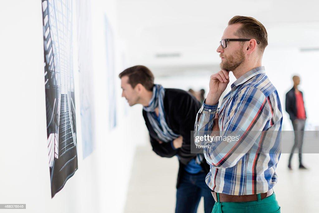 Besucher, die in der Kunst : Stock-Foto