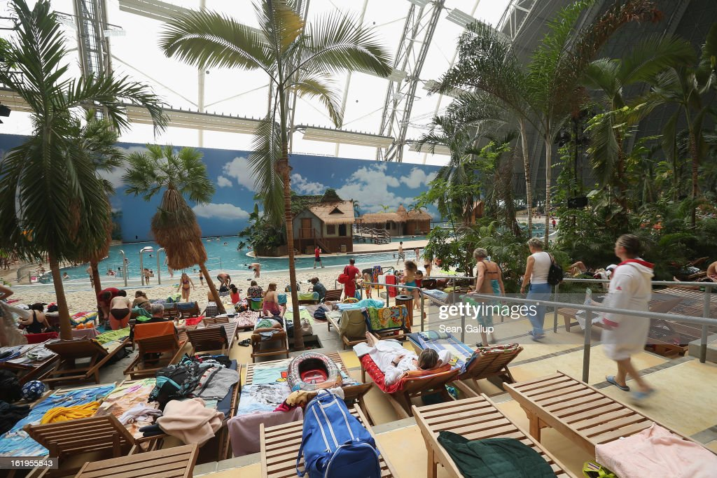 Tropical Islands Lures Winter Tourists : News Photo