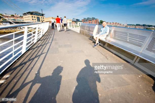 los visitantes en el millenium bridge - lugar famoso local fotografías e imágenes de stock