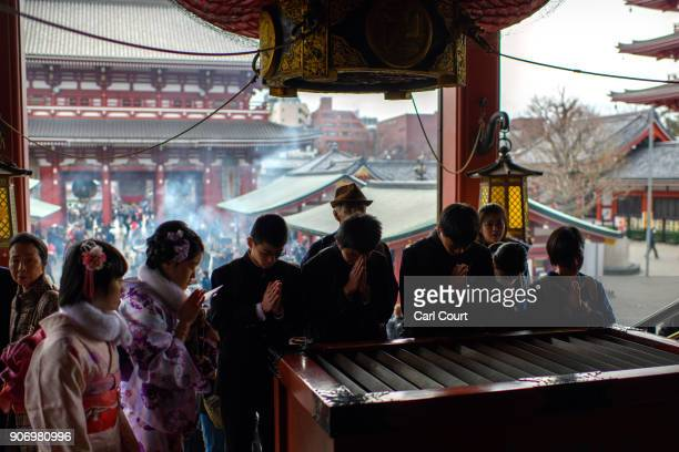 Visitors pray at Sensoji buddhist temple on January 19 2018 in Tokyo Japan Sensoji is Tokyo's oldest temple dating back to 628 and one of its largest...