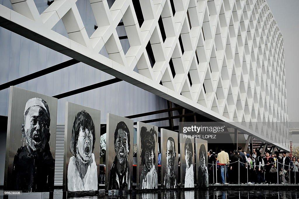 Visitors (R) queue to enter the French p : Nieuwsfoto's