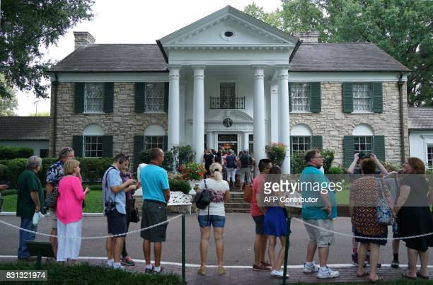 Visitors queue to enter the Graceland mansion of Elvis Presley on August 12 2017 in Memphis Tennessee Elvis Presley American icon and King of rock n...