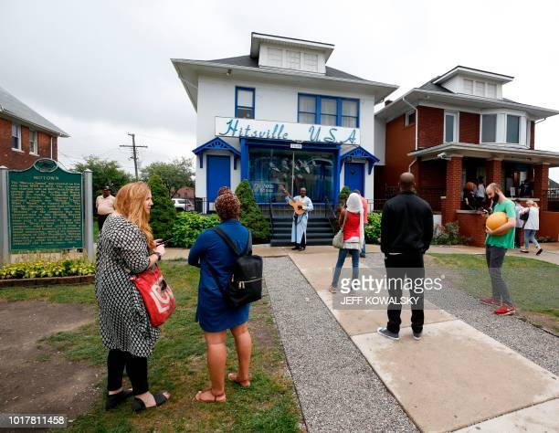 Visitors stand outside the Motown Museum following the announcement of Aretha Franklin's passing on August 16 2018 in Detroit Michigan Aretha...