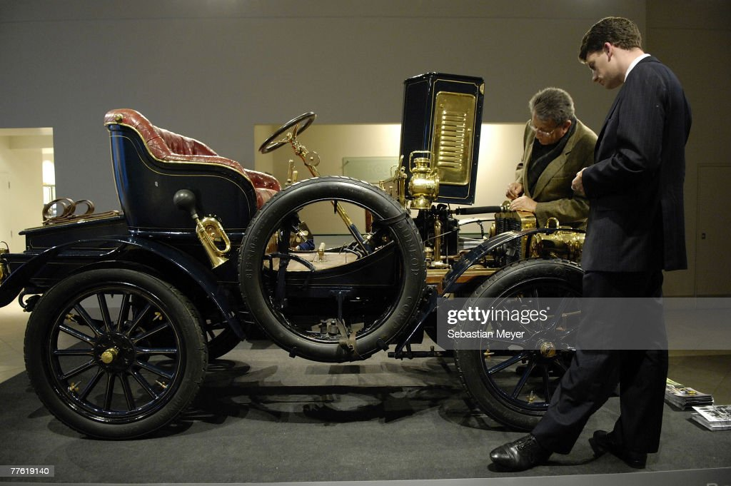 London To Brighton Veteran Car Auction Photos and Images | Getty ...