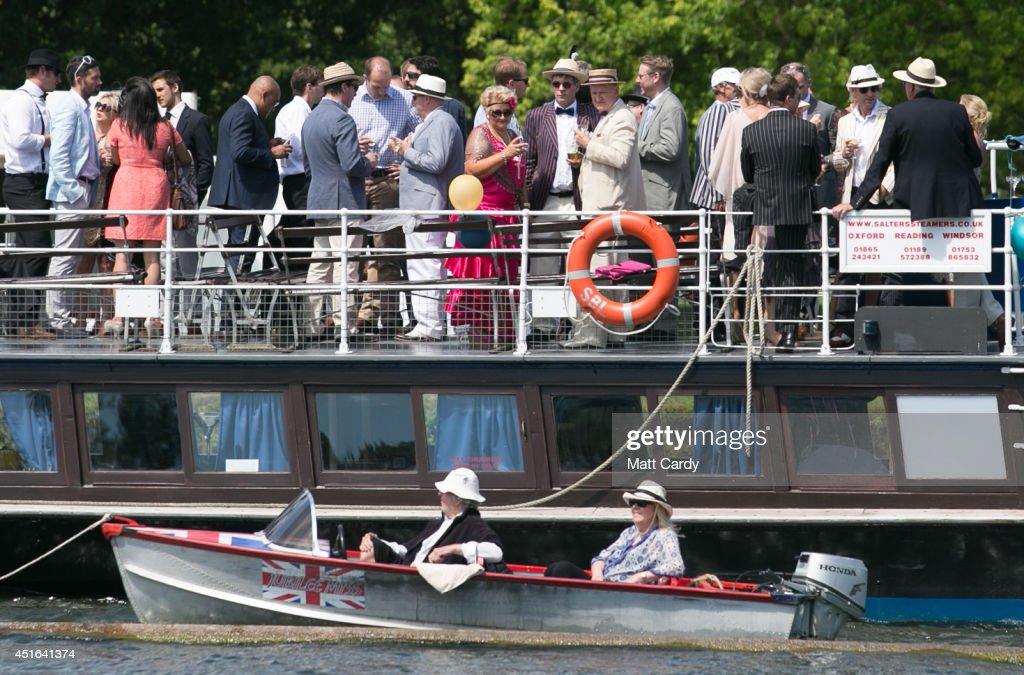 Spectators Enjoy The Start Of The Henley Royal Regatta : ニュース写真