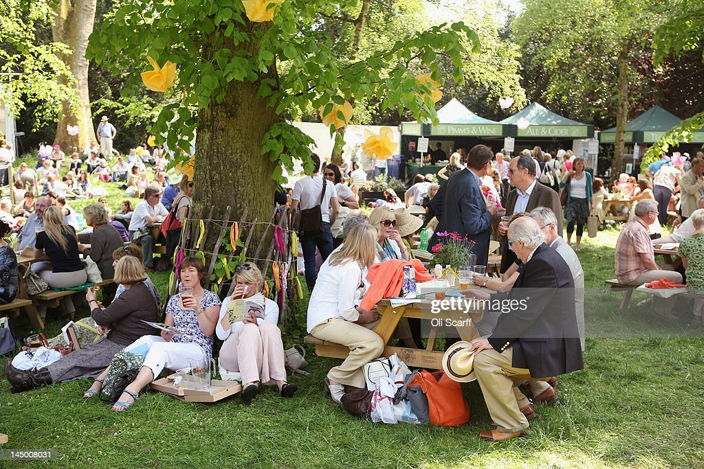 Visitors To The Chelsea Flower Show Enjoy The Warm Weather : News Photo