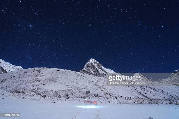 visitors trekking to kala pattar in this clear moonlight night at gorak shep in nepal. - weltraum und astronomie stock-fotos und bilder