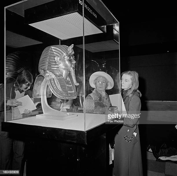 Visitors viewing the burial mask of Tutankhamun, star exhibit at the 'Treasures of Tutankhamun' exhibition at the British Museum, London, 28th March...