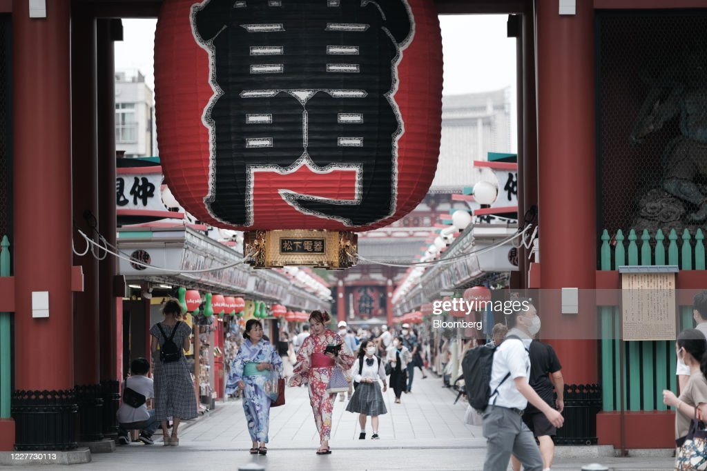 Commuters and Travelers As Tourism Campaign Starts Excluding Tokyo Residents : ニュース写真