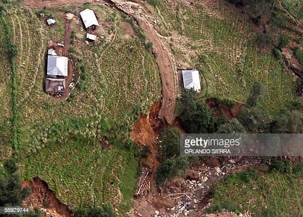 Vista aerea de parte de la red vial destruiada por la tormenta tropical Stan en el departamento de Chimaltenango al oeste de Ciudad de Guatemala el...
