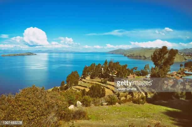 vista del lago titicaca y las terrazas de cultivo. isla del sol, copacabana, bolivia. - bolivia stock pictures, royalty-free photos & images