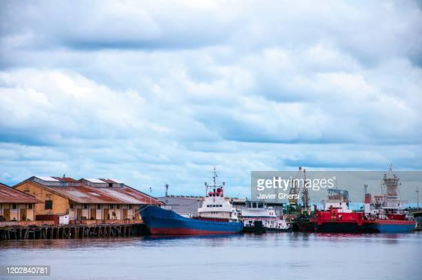 vista del puerto y sus barcos en un día nublado. asunción, paraguay. - asuncion stock pictures, royalty-free photos & images