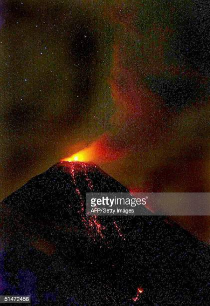 Vista del volcan de Colima o Volcan de Fuego ubicado a unos 500 km al oeste de Ciudad de Mexico en una de sus exalaciones en las primeras horas del...
