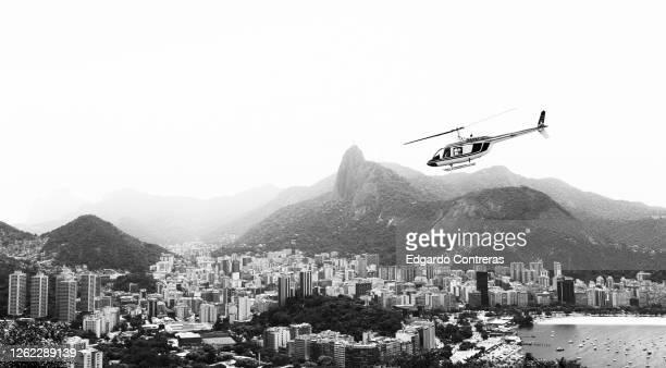 vista en blanco y negro desde el pan de azúcar y urca en río de janeiro en brasil - blanco y negro photos et images de collection