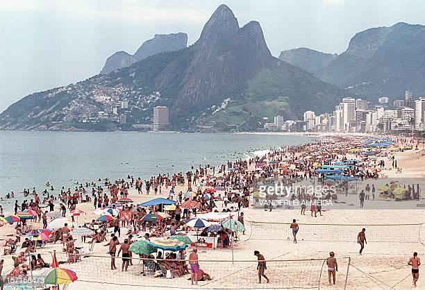 Vista general de la tradicional playa de Ipanema donde millares de residentes de la ciudad de Rio de Janeiro y turistas desfrutan el sol y el mar 24...