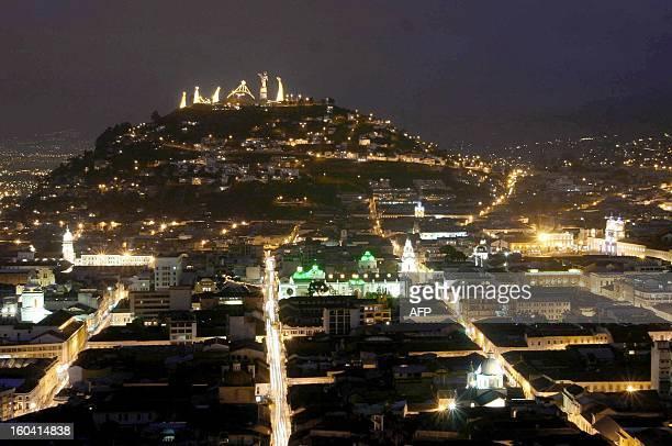 Vista general del centro de la ciudad de Quito Ecuador el 23 de diciembre de 2004 con un pesebre gigante en el cerro del Panecillo en preparacion de...