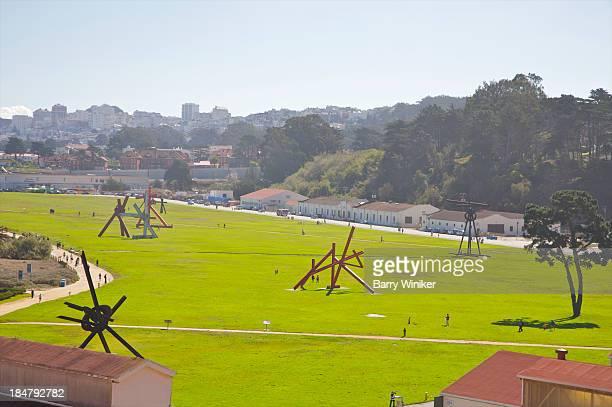 vista of large public lawn with modern sculptures - viga i - fotografias e filmes do acervo