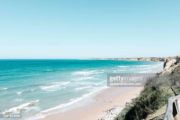 Vista panoramica de la playa y del oceano sin personas