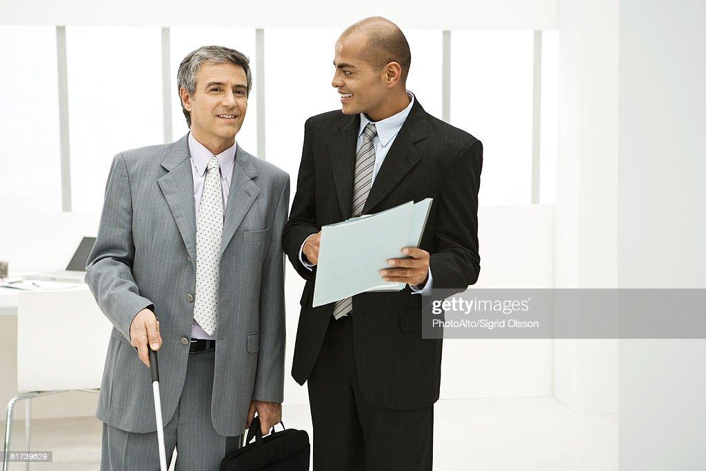 Déficients visuels professionnel, discuter avec un employé docume : Photo