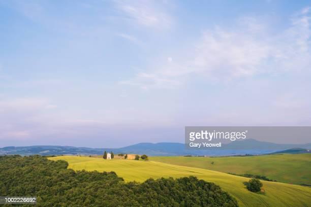 vitaleta chapel on a hillside in tuscany - yeowell foto e immagini stock