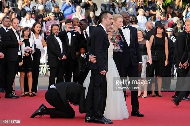 Vitalii Sediuk invades the Red Carpet as Jay Baruchel, Kit Harington, America Ferrera, Cate Blanchett and Djimon Hounsou pose at the 'How To Train...