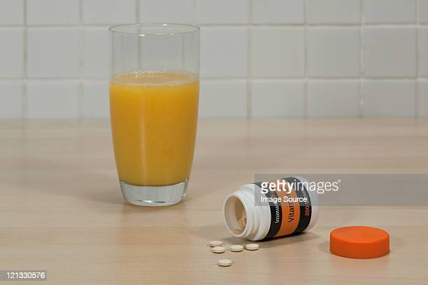 Vitamin c tablets und Glas Orangensaft