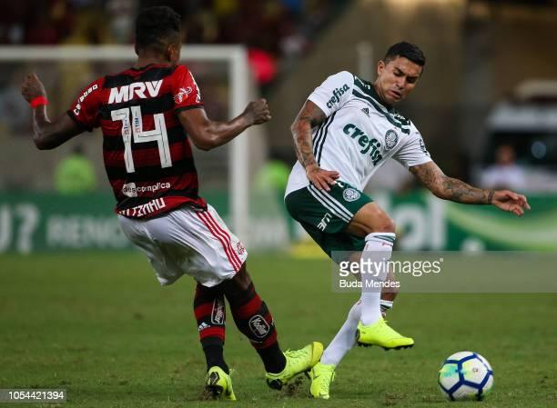 Vitinho of Flamengo struggles for the ball with Dudu of Palmeiras during a match between Flamengo and Palmeiras as part of Brasileirao Series A 2018...