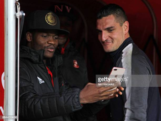 Vito Mannone of Reading has a selfie with Didier N'Dong of Sunderland as he returns to his former club during the Sky Bet Championship match between...